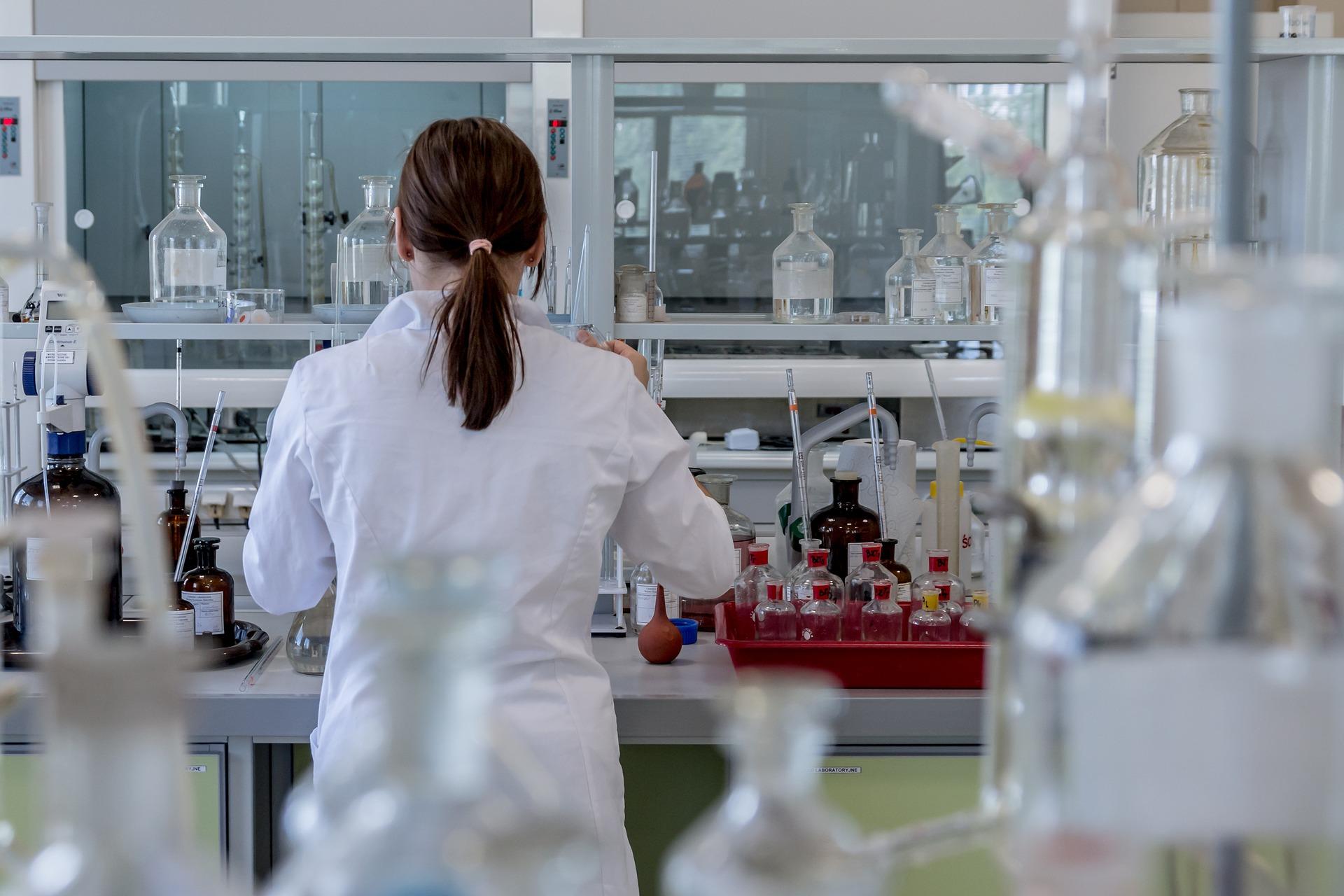 """<p>Typisch für ein Werk der chemisch-pharmazeutischen Industrie sind die kilometerlangen Rohrleitungen. Sie gehören zu den wichtigsten Ver- und Entsorgungseinrichtungen der Produktionsanlagen – und bilden somit die """"Adern"""" eines Werkes. Chemiestandorte sind häufig durch einen komplexen Produktions- und Energieverbund gekennzeichnet. Und diese Verbundstruktur unterliegt einem ständigen Erneuerungs- und Verbesserungsprozess – die richtige Wahl der Rohrleitungsverbindung kann hier Zeit und Kosten sparen. In gleicher Weise gilt dies auch für kleinere Pilotanlagen und für das Labor.</p><p>Die Medienvielfalt (Gase, Dämpfe, Flüssigkeiten jeder Art, Säuren und Laugen), die zu beherrschenden Drücke (Vakuum bis Hochdruck) und auch die sehr unterschiedlichen Temperaturen (tiefkalte Flüssiggase, kochende Säuregemische) machen die Chemie zur wohl anspruchsvollsten Anwenderbranche für Rohrleitungen. Typisch für die Chemie ist, dass viele Sonderformen von Rohrleitungen, wie beheizte Leitungen, Vakuumleitungen, Leitungen zum Feststofftransport oder Sterilrohrleitungen, zum Einsatz kommen. So vielfältig wie die verwendeten Rohrwerkstoffe und die Einsatzbedingungen sind, so unterschiedlich sind auch die entsprechenden Verbindungstechniken: Man flanscht, schweißt, lötet oder klebt Rohrenden zusammen, setzt leckagefreie Verschraubungen, moderne Fittings oder auch anspruchsvolle Tri-Clamp Verbindungen ein.</p><p>Die Rohrverschraubung 2N bspw. dichtet bei aggressiven Medien kraftschlüssig ab, wobei die Verbindung jederzeit wieder lösbar ist. Das konstruktive Konzept minimiert das Totvolumen und behindert den Strömungsverlauf nicht, da der Innendurchmesser der Verschraubung gleich dem des Rohres ist.</p>"""